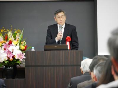 記念講演会で講演する山内学長
