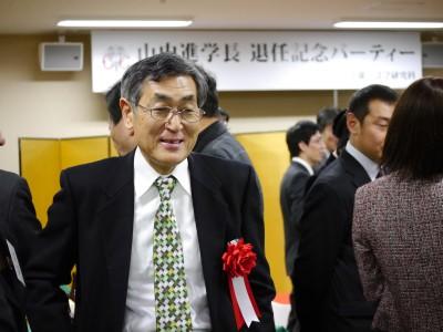 記念パーティー会場で出席者と歓談する山内学長