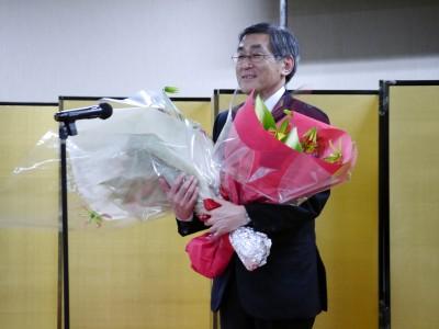 パーティーでの花束贈呈の後、挨拶をする山内学長